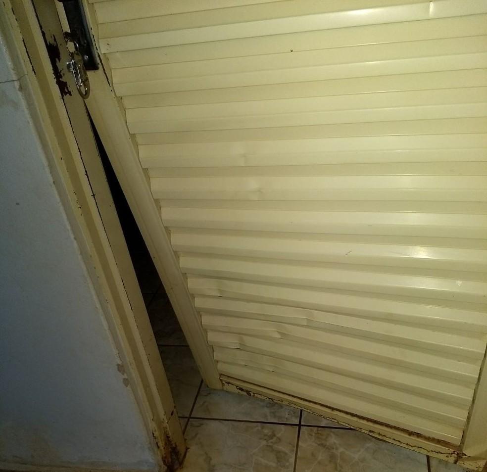 Por causa dos danos, porta precisou ser trocada (Foto: Creche Rita Tereza de Araujo Silva Polo/Divulgação)