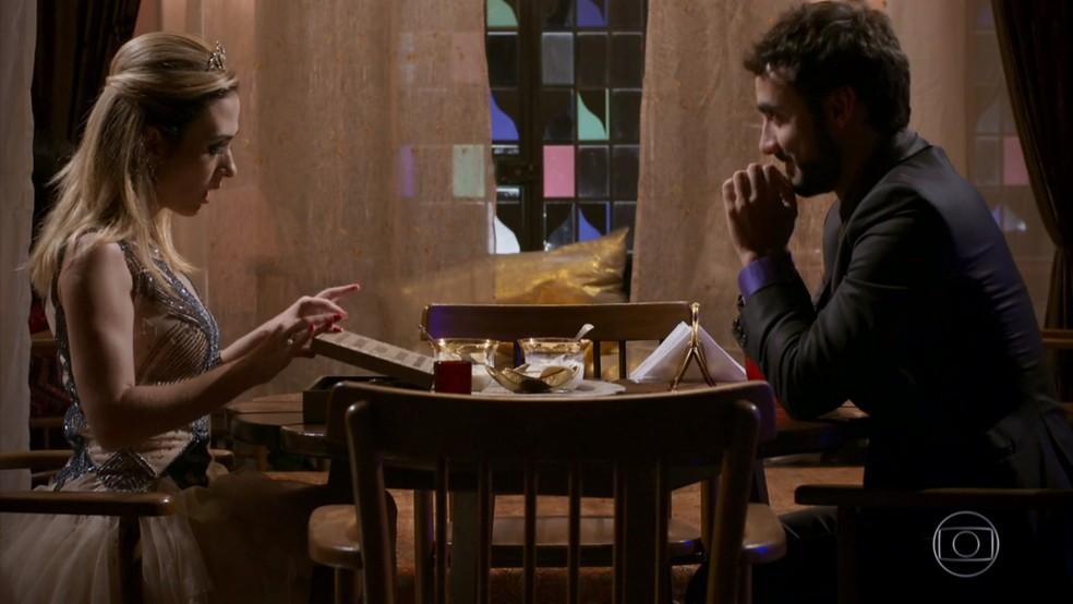 Leozinho (Gabriel Godoy) presenteia Fedora (Tatá Werneck) com joia falsa - 'Haja Coração' — Foto: Globo