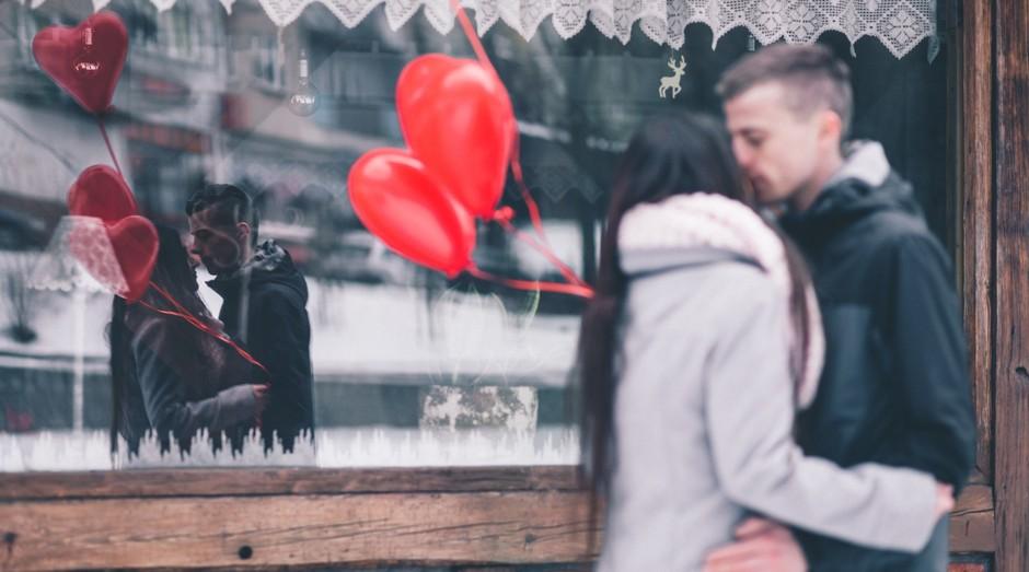 casal, dia dos namorados, balão (Foto: Reprodução/Pexels)
