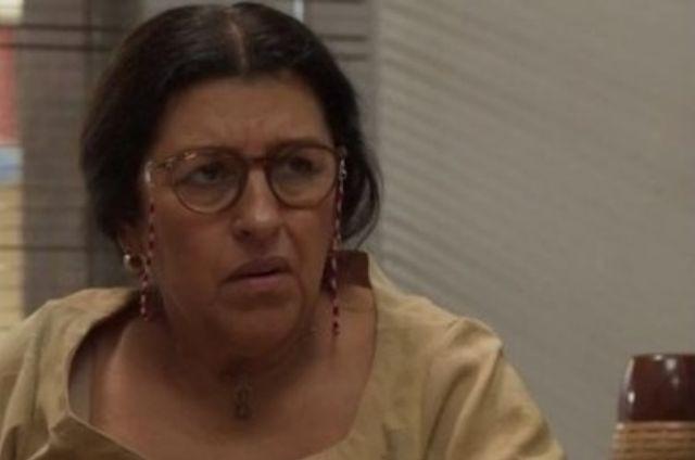 Regina Casé, a Lurdes de 'Amor de mãe' (Foto: Reprodução)