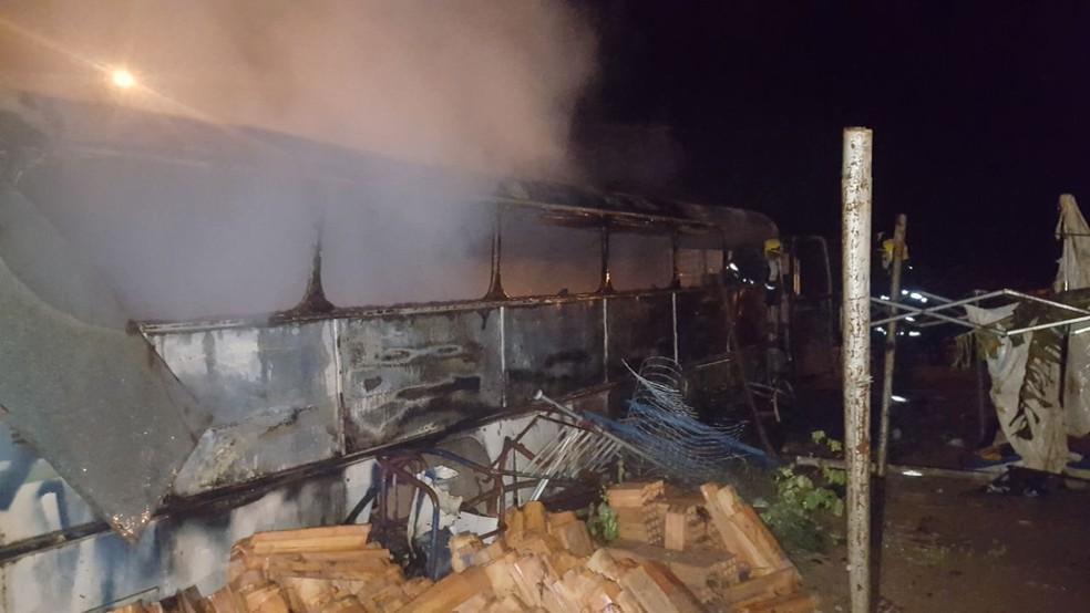 Veículo estava no terreno de uma casa em Araguaína  (Foto: Corpo de Bombeiros/Divulgação)