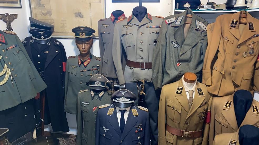 Os policiais encontraram diversos itens nazistas na casa de Aylton — Foto: Divulgação
