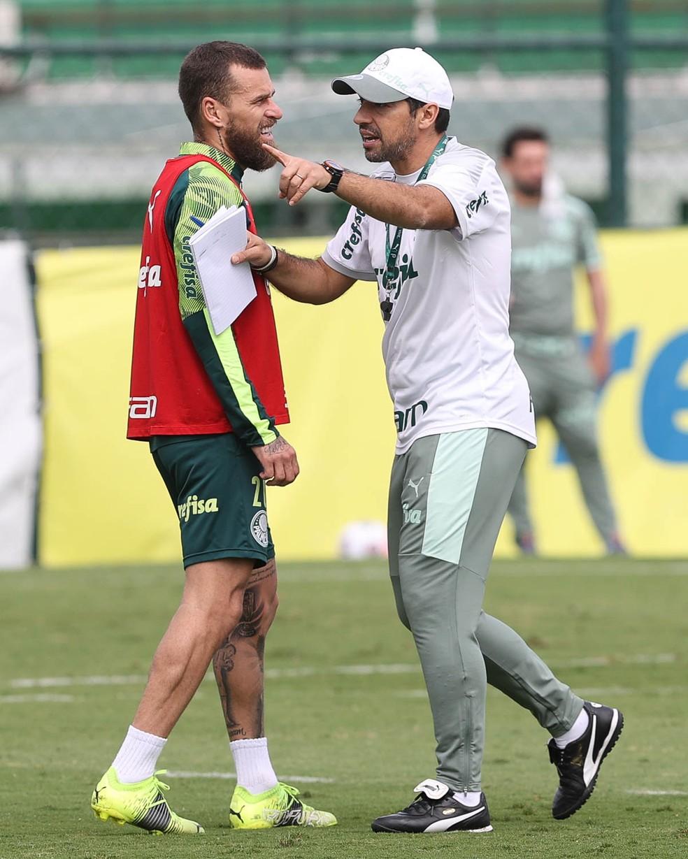 Lucas Lima com Abel Ferreira durante treino do Palmeiras em abril — Foto: Cesar Greco / Ag. Palmeiras