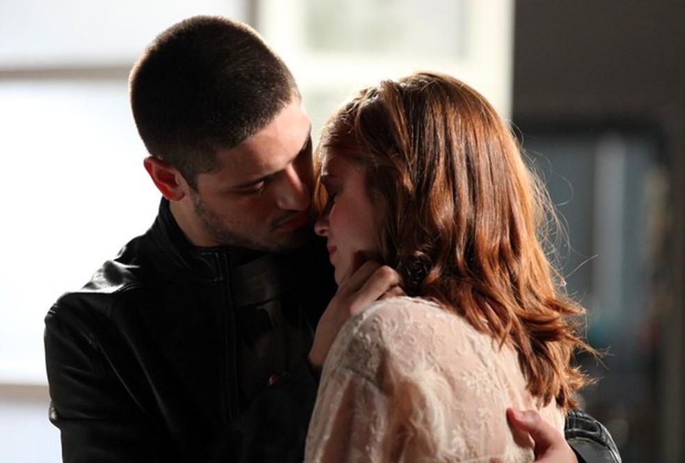 João Lucas (Daniel Rocha) beija Maria Isis (Marina Ruy Barbosa) durante o choro da ruiva - 'Império' — Foto: Camila Camacho/Globo