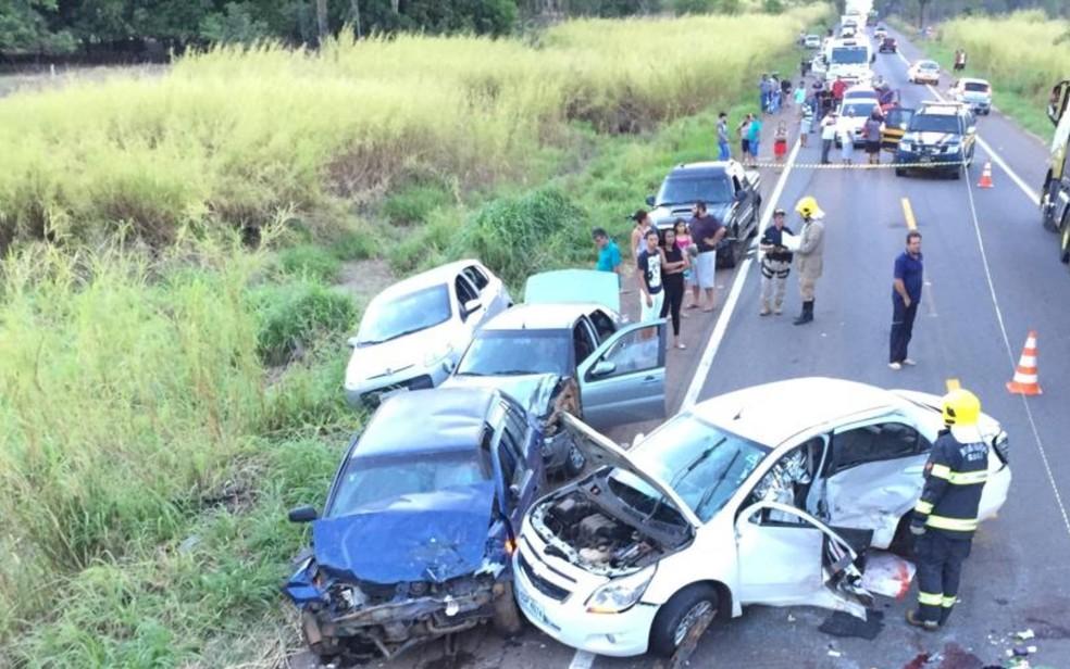 Acidente na BR-153 em Jaraguá deixa mãe e filha mortas e outras sete pessoas feridas — Foto: Divulgação/Corpo de Bombeiros