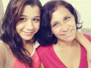 Daniele, na Bahia, e a mãe Rita (Foto: Arquivo Pessoal)