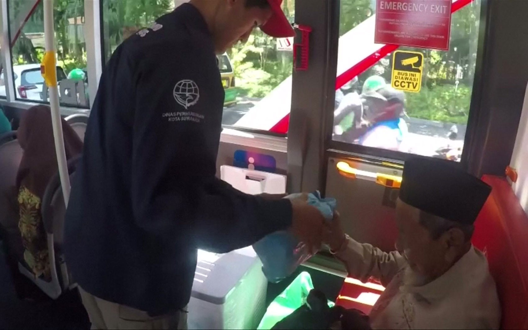 A cidade onde passageiros trocam lixo plástico pela passagem de ônibus
