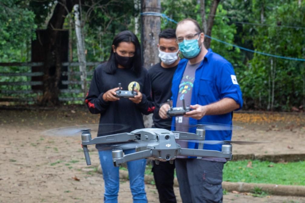 Indígenas recebem aulas de pilotagem de drone para monitorar próprias terras — Foto: Pi Suruí