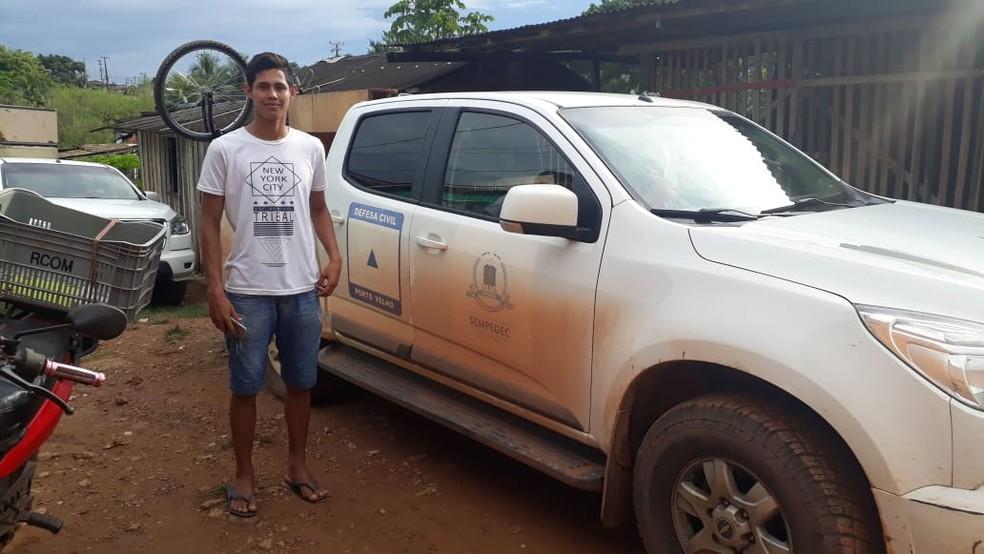 Eduardo e esposa pediram ajuda da Defesa Civil  — Foto: Iule Vargas/ Rede Amazônica