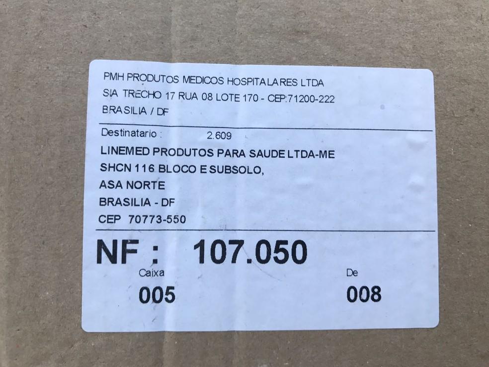 Nas caixas descartadas no rua, constava o destinatário Linemed Produtos Médicos (Foto: Neila Almeida/ G1)