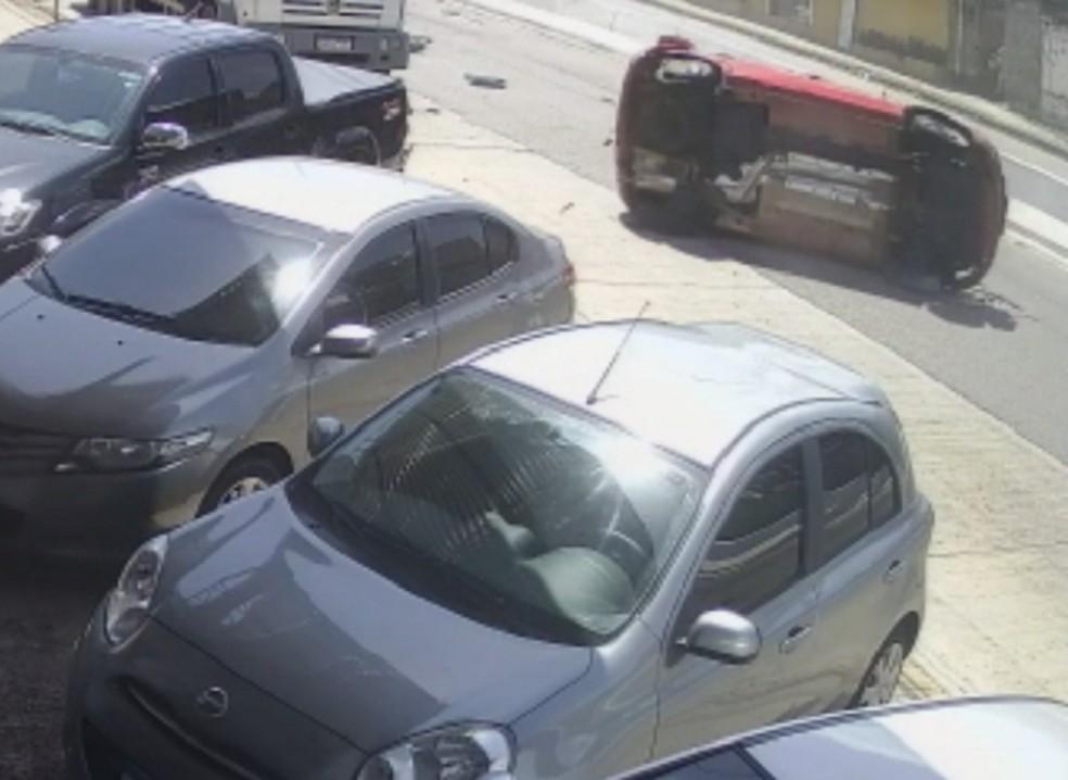 Carro capotou várias vezes após pneu estourar em buraco do asfalto de avenida em Natal. — Foto: Reprodução