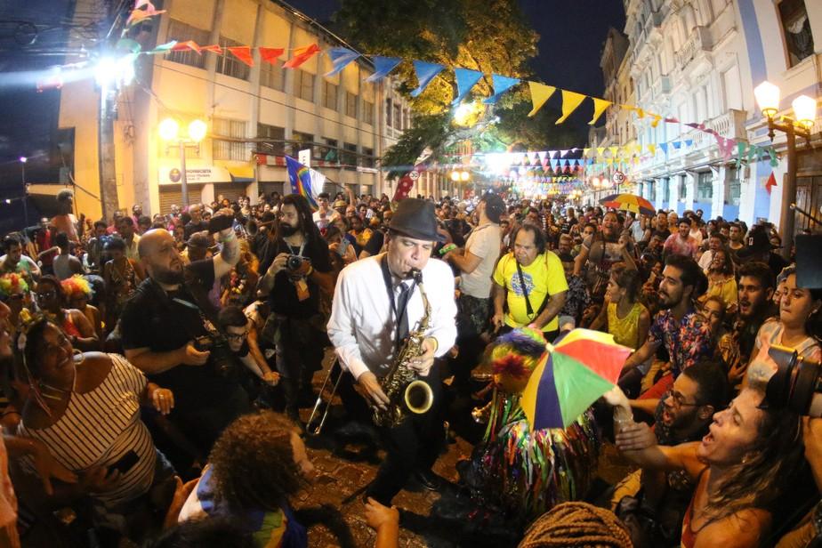 Orquestrão de frevo anima multidão no encerramento da folia do Recife mesmo com chuva