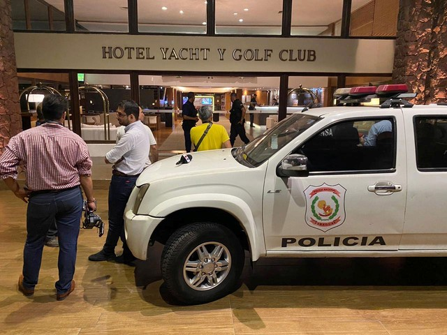 Carro da polícia em frente ao hotel onde Ronaldinho está hospedado em Assunção, no Paraguai, na quarta-feira (4) — Foto: Jorge Adorno/ Reuters