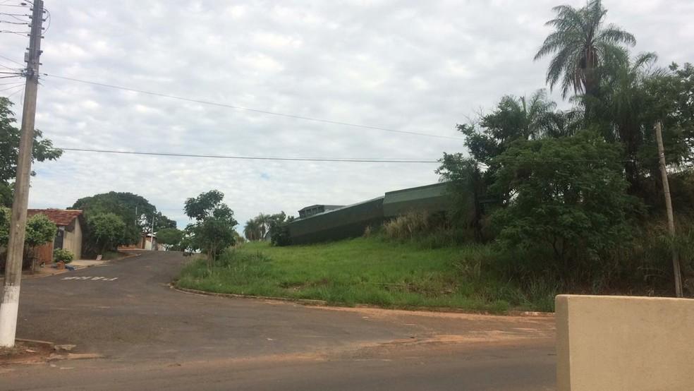 Vagões tombados ficaram próximos de uma rua na região da estação ferroviária de Cafelândia — Foto: Arquivo pessoal