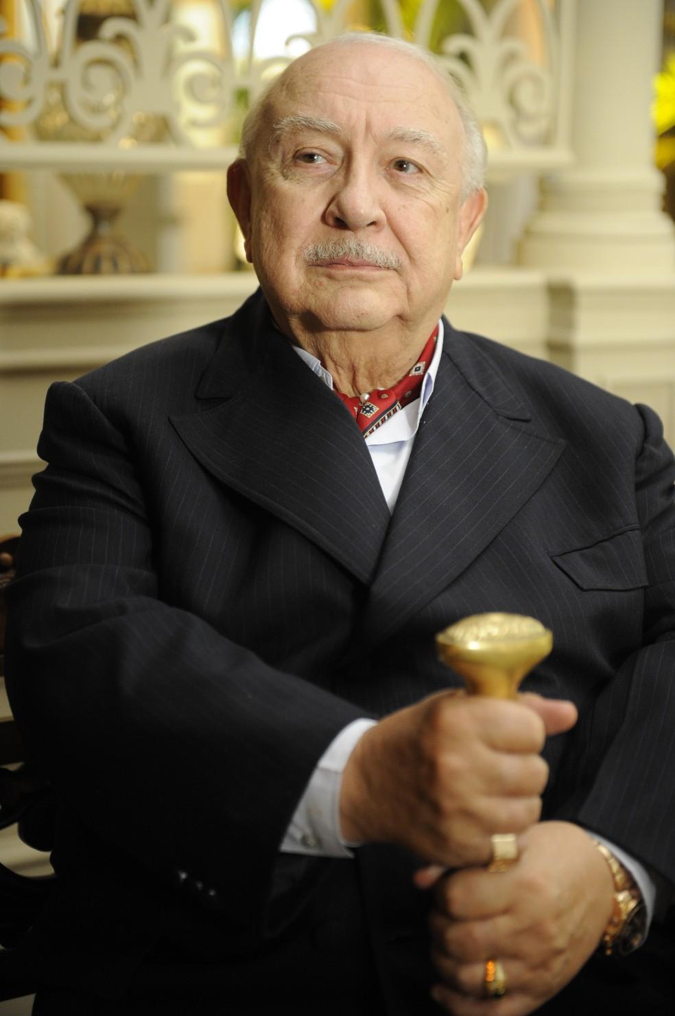 Dionísio (Sérgio Mamberti) é avô de Alberto (Igor Rickli) e um dos vilões de 'Flor do Caribe' — Foto: Globo