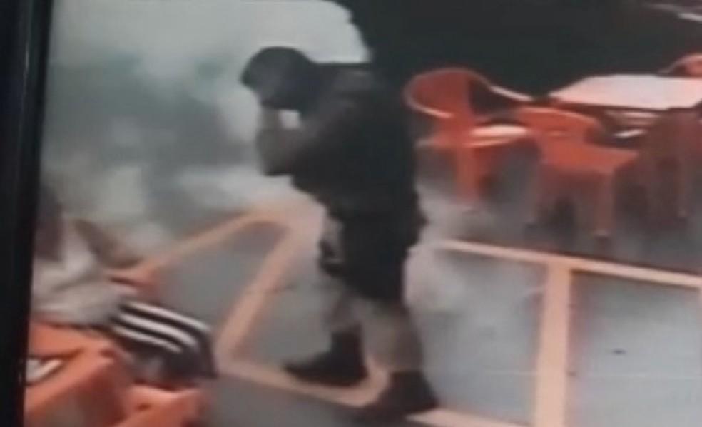 Policial e mulher tentam se livrar de abelha com extintor de incêndio em SC — Foto: PM/Divulgação