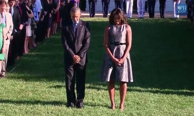 O presidente dos Estados Unidos, Barack Obama, e sua mulher, Michelle, participam de cerimônia em homenagem às vítimas doa tentado de 11 de setembro de 2001, que completa 14 nesta sexta-feira (11) (Foto: Reprodução/White House)