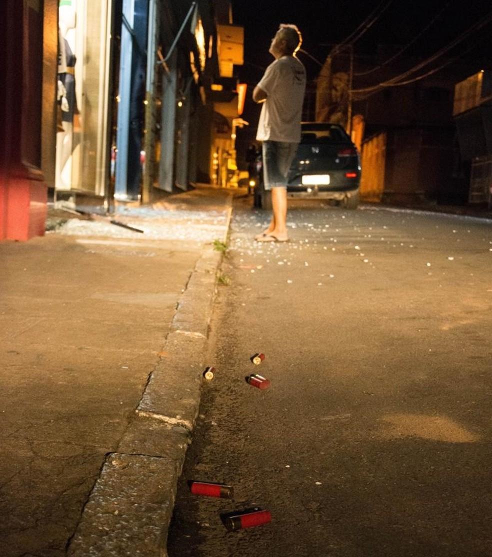 Quadrilha deu tiros pro alto e atingiu vitrines de lojas em ataque em Areado (MG) (Foto: Diego Batista/Areado Notícias)