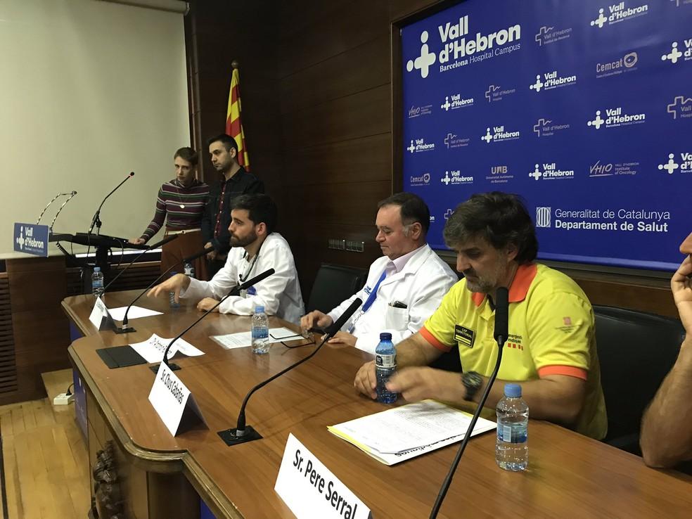 Audrey Marsh ao lado dos médicos e socorristas que participaram de seu atendimento, em evento para a imprensa — Foto: Reprodução Twitter/Vall d'Hebron Barcelona Hospital Campus