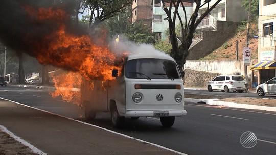 Kombi pega fogo e deixa trânsito complicado na Avenida Garibaldi