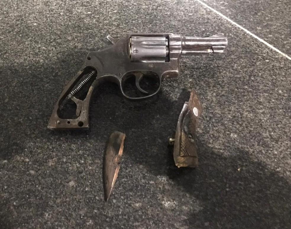 Arma de fogo utilizada no assalto foi apreendida pela polícia — Foto: Divulgação /PM