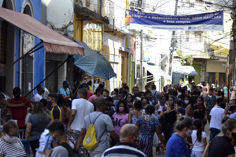 Movimentação de pessoas no comércio de rua em Recife, Pernambuco, em 20 de junho — Foto: Lidianne Andrade/Myphoto Press/Estadão Conteúdo