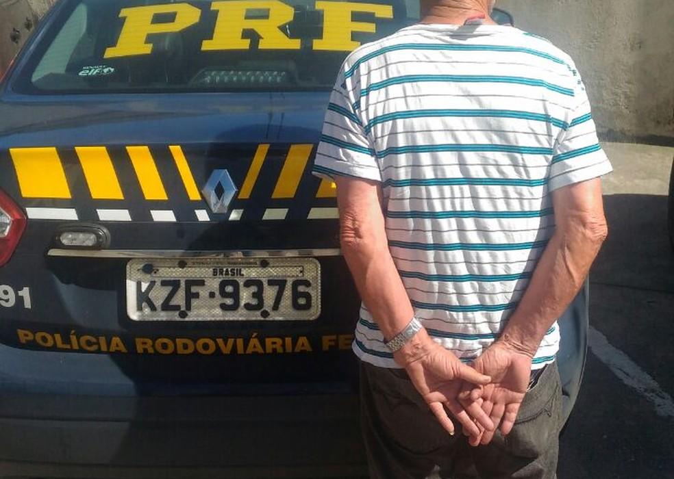 Idoso foi detido com abacaxis na BR-404, em Petrópolis (Foto: Polícia Rodoviária Federal/Divulgação)