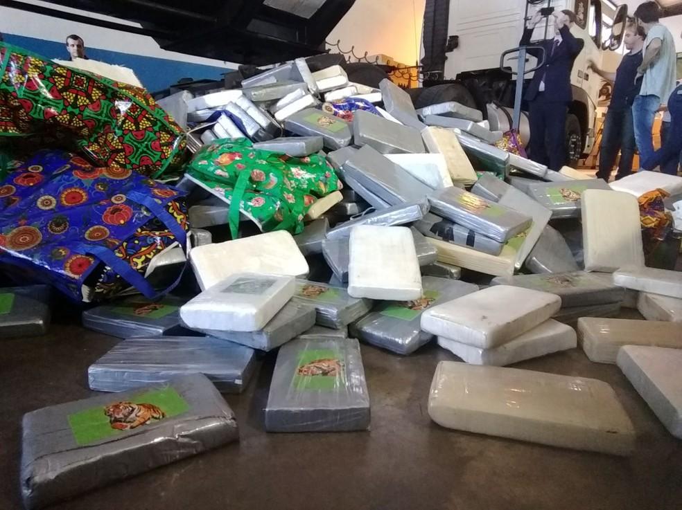 Tabletes de cocaína foram retirados de caminhão com a ajuda do Corpo de Bombeiros, nesta segunda-feira (9), em Foz do Iguaçu (Foto: Raphaela Potter/RPC)