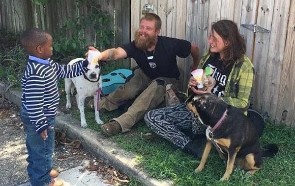 Austin Perine distribui refresco a casal em situação de rua (Foto: Reprodução)