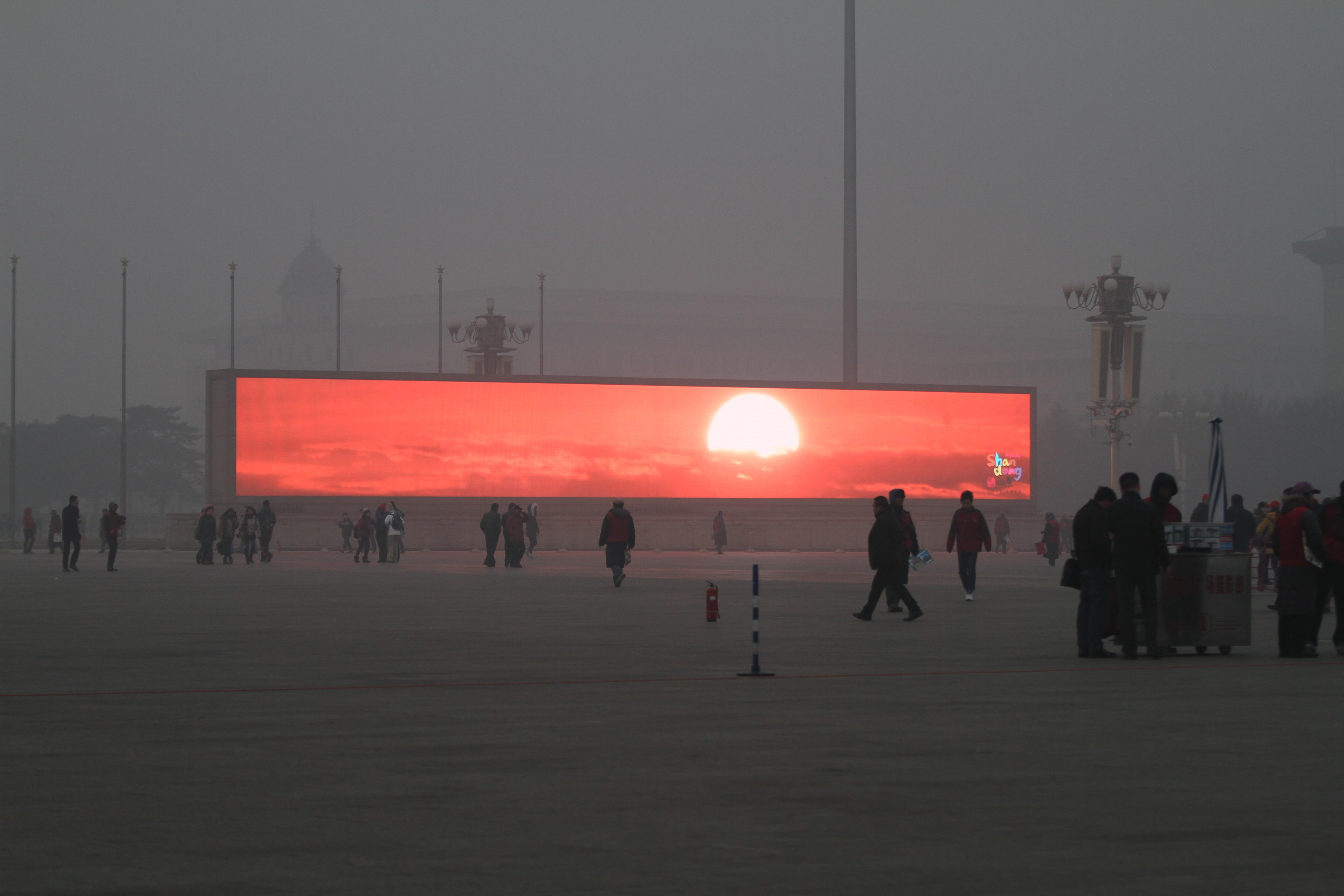 Imagem de pôr do sol em meio à poluída praça de Pequim viralizou em 2014.  (Foto: ChinaFotoPress)