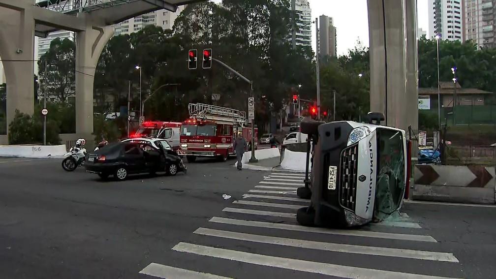 Colisão envolvendo ambulância e carro deixa feridos em cruzamento da Avenida Roberto Marinho — Foto: Reprodução TV Globo