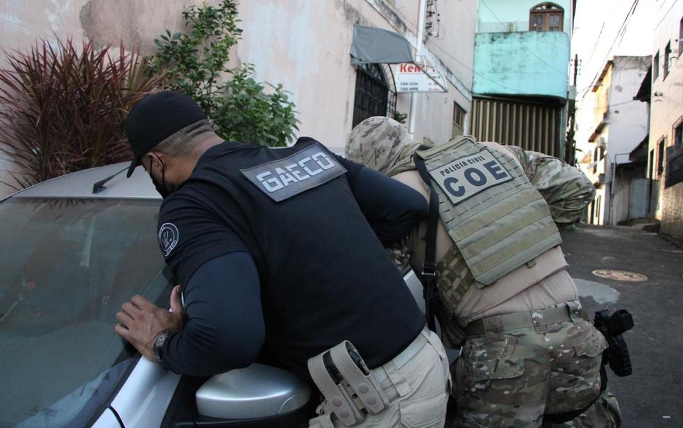 Ao todo, são cumpridos três mandados de prisão e 21 de busca e apreensão — Foto: Tony Silva/Polícia Civil