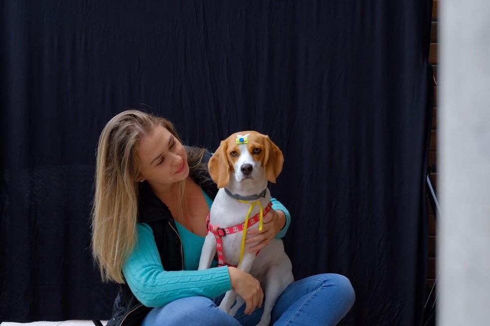 Daiane Borchardt com a cadelinha Mayla (Foto: Sabrina Nas/Fotografia PET)