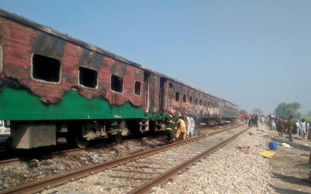 Autoridades paquistanesas examinam trem danificado — Foto: Siddique Baluch / AP Photo