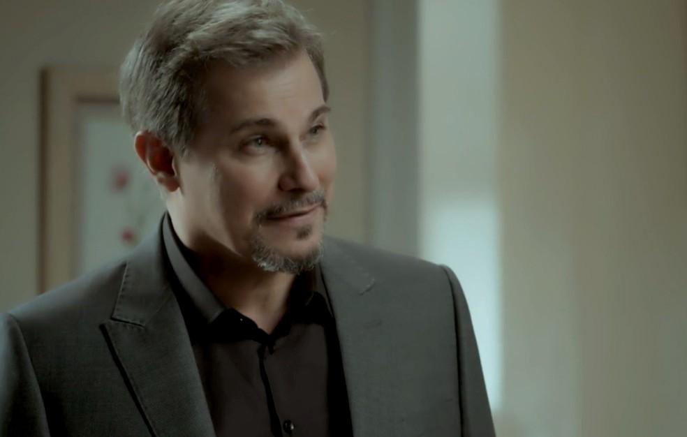 Em 'A Força do Querer', Dantas (Edson Celulari) desconfia que Bibi (Juliana Paes) vai fugir e a acompanha até a delegacia — Foto: Globo