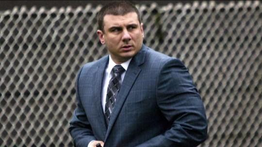 Policial de NY acusado de asfixiar homem até a morte é demitido