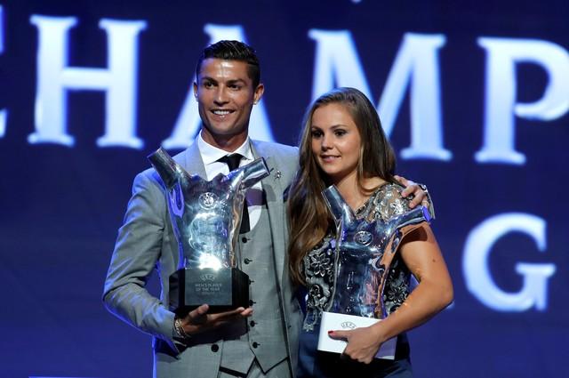 Cristiano Ronaldo et Martens avec les trophées de meilleures de la saison  par l UEFA. (photo   REUTERS Eric Gaillard) 04e65a3358cfe
