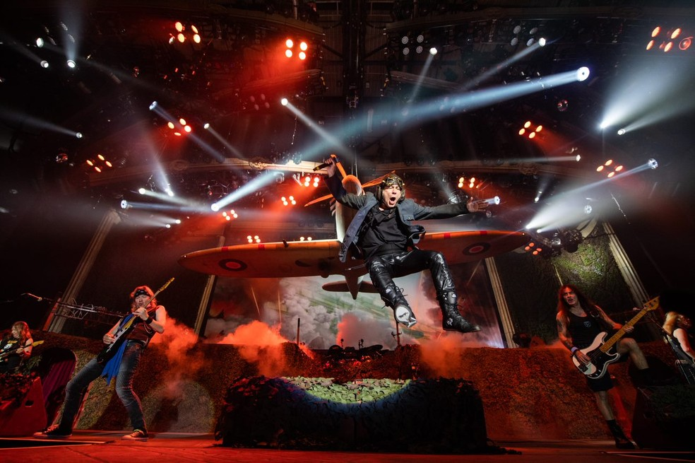 Bruce Dickinson pula durante show do Iron Maiden na turnê Legacy of the Beast — Foto: Divulgação / Rock in Rio