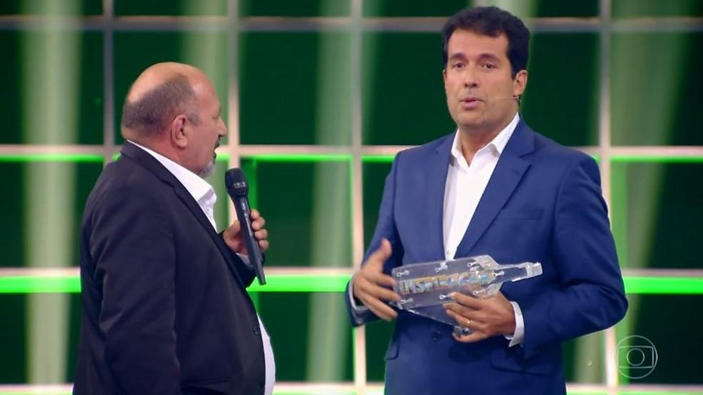 André Trigueiro entrega prêmio a Tião no Especial Inspiração — Foto: TV GLOBO