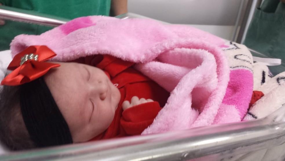 Bebê encantou família e equipe médica ao segurar dedo de médica durante parto em MS — Foto: Ana Rego/Arquivo Pessoal
