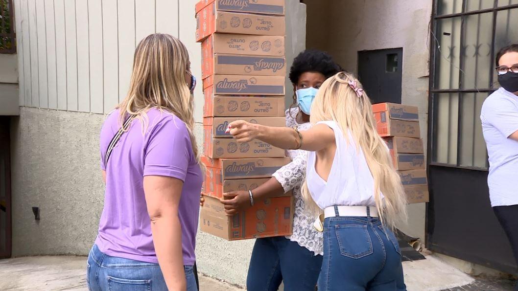 Voluntários distribuem absorventes para mulheres carentes em bairros de Campinas