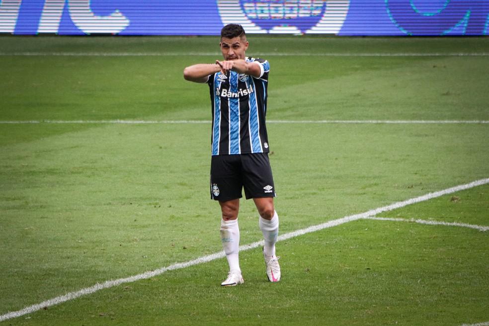 Pinares comemora gol pelo Grêmio diante do Vasco, na Arena, no Brasileirão — Foto: Lucas Bubols/ge.globo