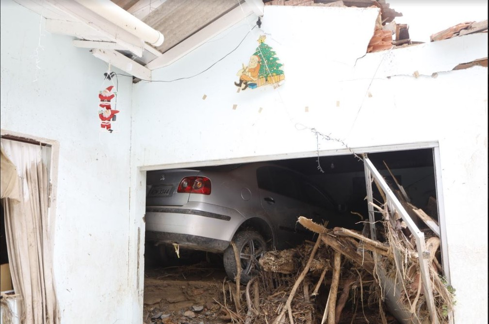 Manhã de sexta (18): garagem cheia de lama e entulhos trazidos pela enxurrada no Bairro Revólver em Presidente Getúlio — Foto: Patrick Rodrigues/NSC