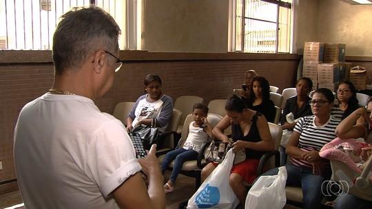 População retira kits de TV digital nas agências dos Correios, em Goiás