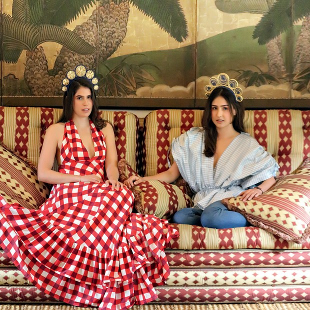 Fotografadas em Bogotá, Lucia Echavarria (à esquerda) usa vestido Leal Daccarett, enquanto Cloclo Echavarria veste top Leal Daccarett e jeans Khaite. As headpieces que aparecem em todas as fotos são da marca de Lucia, a Magnetic Midnight (Foto: Joaquin Castillo)