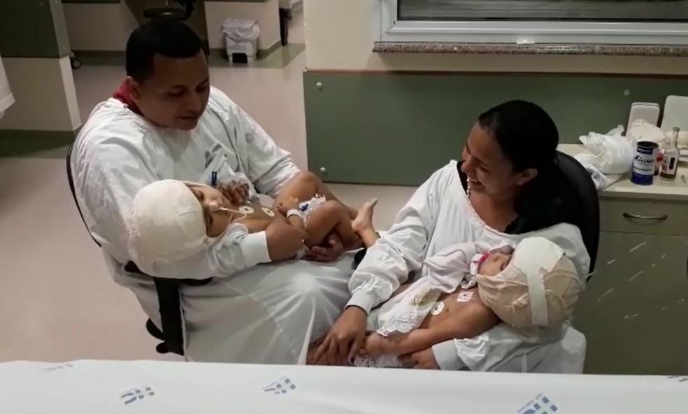 Pela primeira vez, pais seguram Maria Ysabelle e Maria Ysadora nos braços após separação Ribeirão Preto, SP — Foto: Divulgação/HC Ribeirão Preto