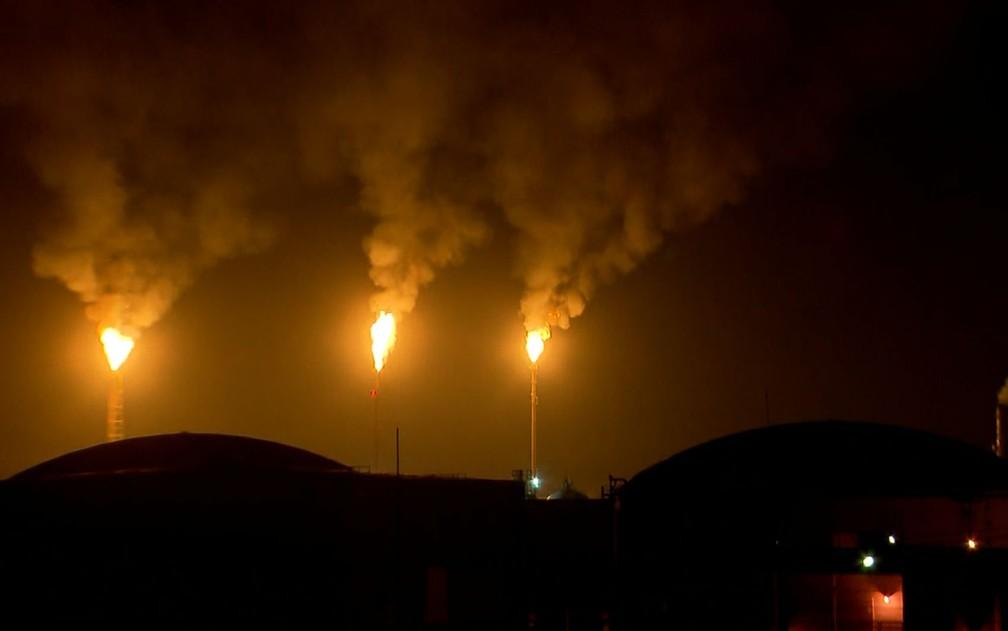 Torres da Replan, em Paulínia, queimam  combustível após explosão no complexo (Foto: Reprodução/EPTV)