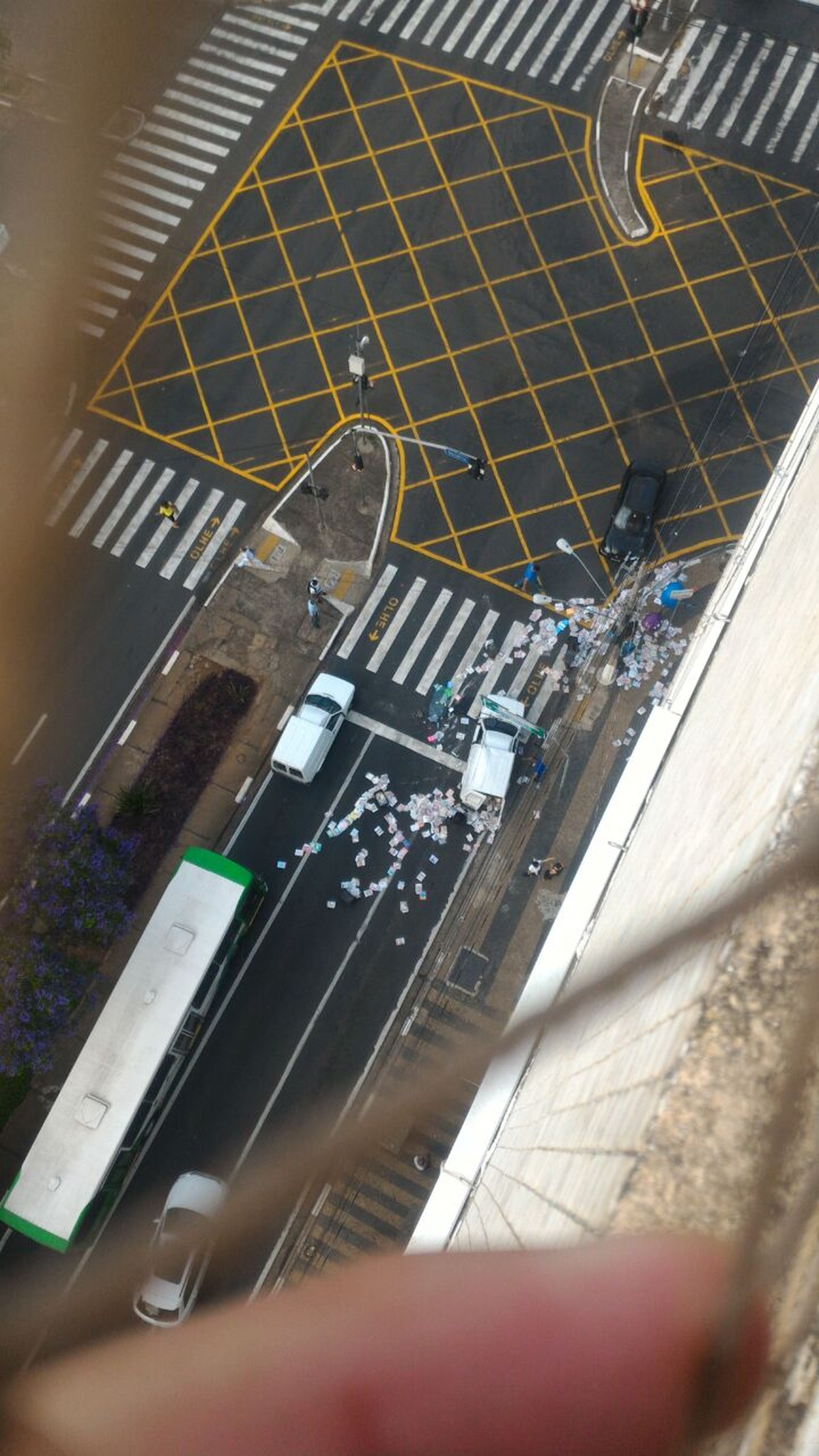 Colisão entre veículos deixa carga de jornais espalhada no Centro de Campinas