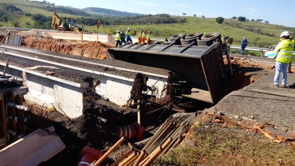 Motorista perdeu o controle e carreta caiu em trecho que estava em obras na SP-333 em Echaporã (SP) — Foto: Claudio Farneres/ TV TEM