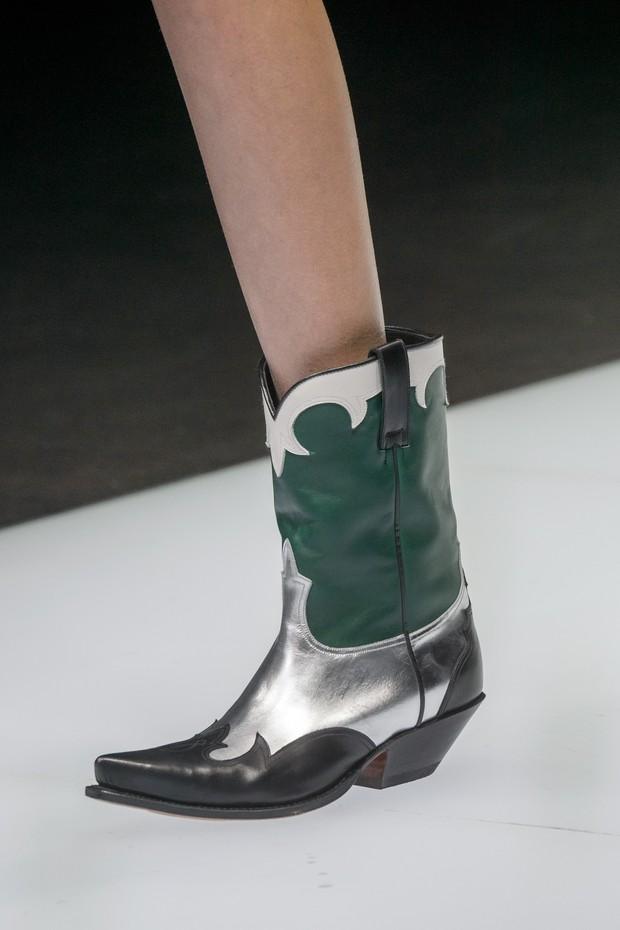 PEÇA-DESEJO: As botas caubói da Emporio Armani (Foto: Antonio Barros, ImaxTree e Getty)